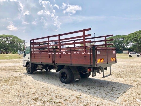 Isuzu npr70p wooden cargo 17 feet side view